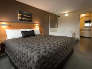 The Old Woolstore Apartment Hotel Hobart - Executive Spa Apartment - bedroom