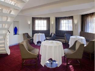 Radisson Blu Hotel Sydney guestroom junior suite