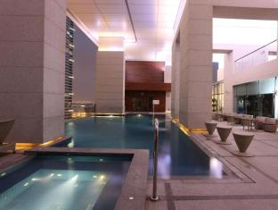Bonnington Jumeirah Lakes Towers Hotel Dubai - Pool & Jacuzzi