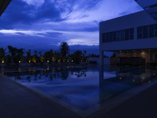 Pullman Kuching Hotel Kuching - Swimming Pool