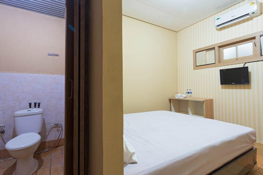 Hotel RedDoorz near Siloam Hospital Karawaci 2 - Jl. Raya Legok Kelapa Dua No. 138 - Tangerang