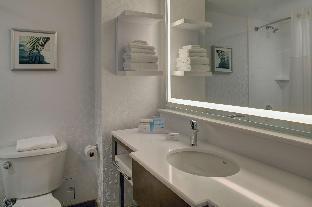 Hampton Inn and Suites Miami Airport South guestroom junior suite