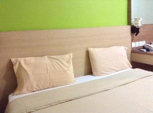 Malaysia Hotel Accommodation Cheap | Maxim Hotel Kota Kinabalu Kota Kinabalu - Queen Bed with Window