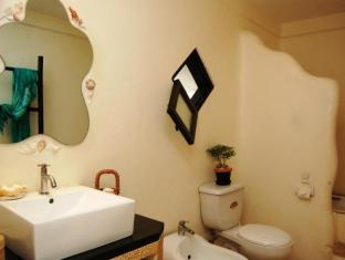 Charts Resort & Art Cafe Bohol - Suite Bathroom
