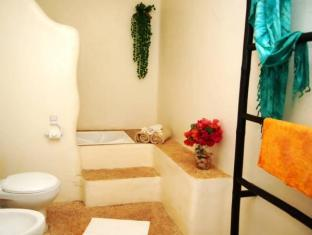 Charts Resort & Art Cafe Panglao Island - Bathroom