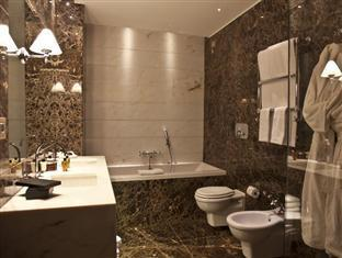 The First Luxury Art Hotel Roma - Member of Preferred Boutique Hotels Rome - Bathroom of Deluxe Suite