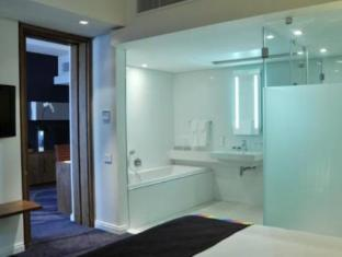 Park Inn by Radisson Foreshore, Cape Town Cape Town - One Bedroom Suite: full bathroom