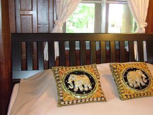 Ruen Thai Ampawa Resort guestroom junior suite
