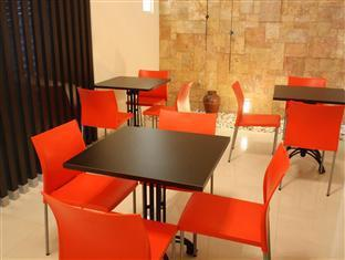 Panggon Guesthouse Surabaya - Common Dining Area