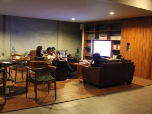 Hotel Mawar Bandung - Executive lounge with library
