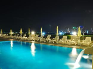 Flipper Lodge Pattaya - Swimming Pool