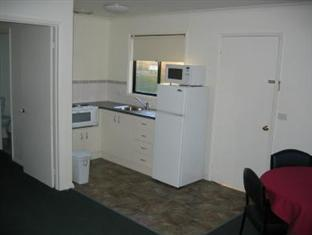 A Line Holiday Village Bendigo - Ensuite Cabin Kitchen