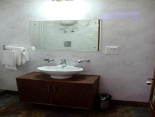 Skylink Suites Bed & Breakfast New Delhi and NCR - Bathroom