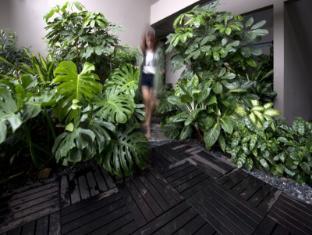 V Hotel Bencoolen Singapore - Pool Garden