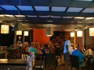 Whispering Palms Beach Resort Norra Goa - Restaurang