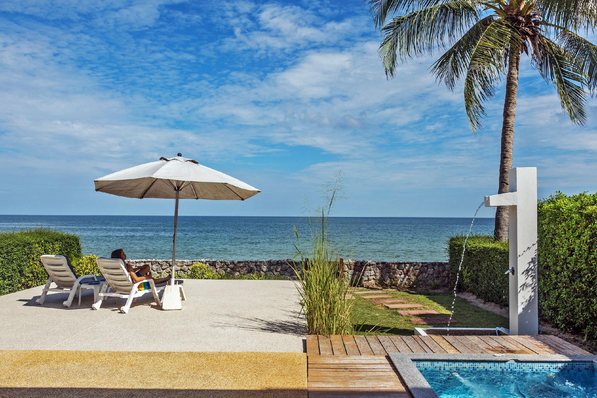,Abolute beachfront-villa, a few steps from the sea