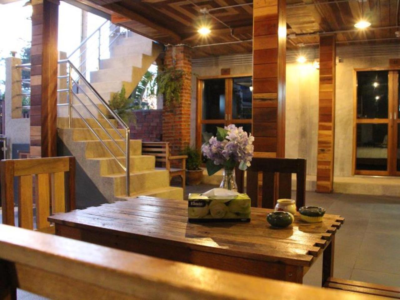 เดอะ น้อย เกสต์เฮาส์ แอนด์ เรสเทอรองต์ (The Noi Guesthouse and Restaurant)