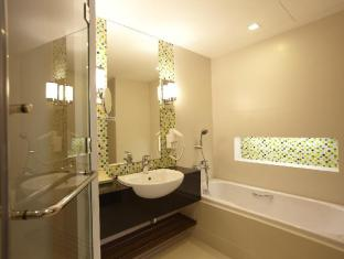Legacy Suites Sukhumvit by Compass Hospitality Bangkok - Superior Premium - Bathroom with separate bathtub and shower