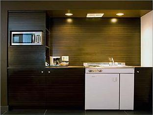 Quality Inn & Suites Airport-Toronto Mississauga (ON) - Spacious suite with kitchenette