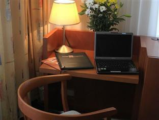 Hotel Popelka Prague - Desk