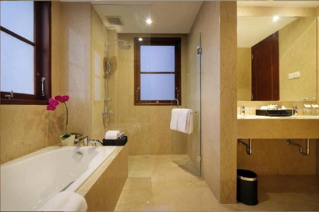 One BR Deluxe Room with a Bathtub - Breakfast