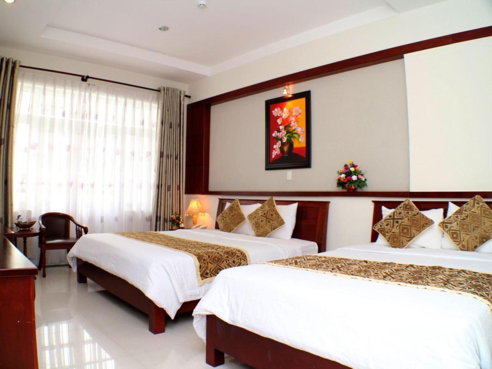 City Hotel – 18 Luu Van Lang St. 2