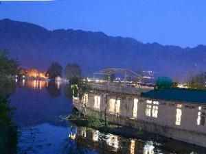 孔雀船屋酒店 (Peacock Houseboats)
