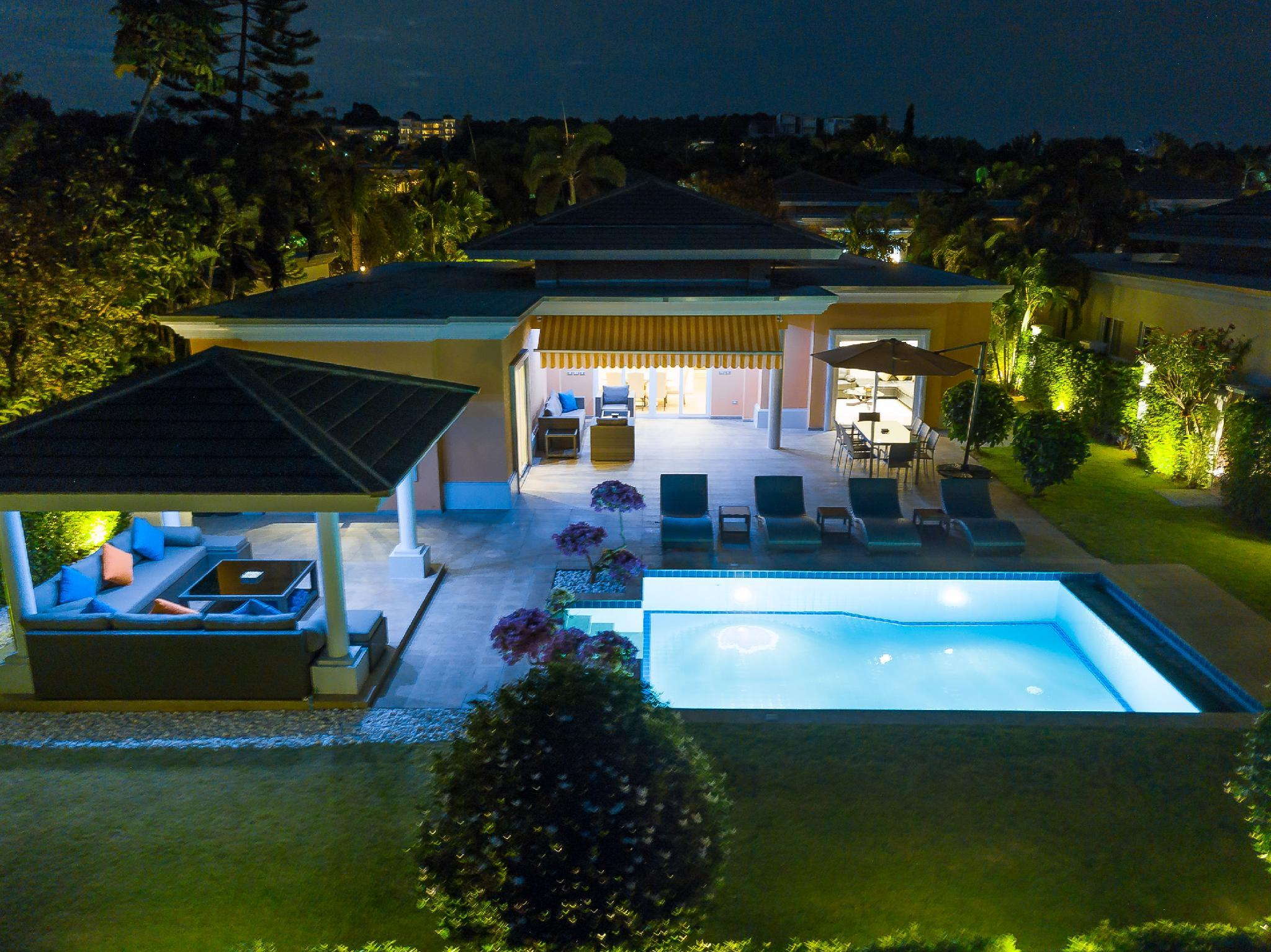 Review Luxury Pool Villa 604 / 4 BR 8-10 Persons