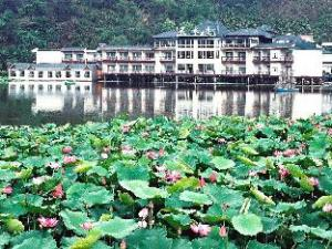 Lakeside Resort Hotel