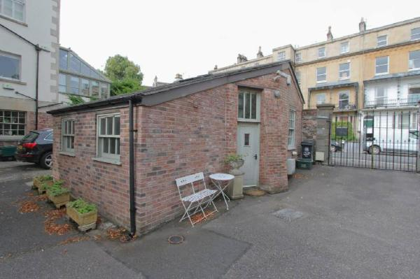 The Coach House in Clifton Village with Parking Bristol
