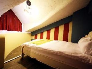 Hotel Castilla De Amour- Eggplant Castle