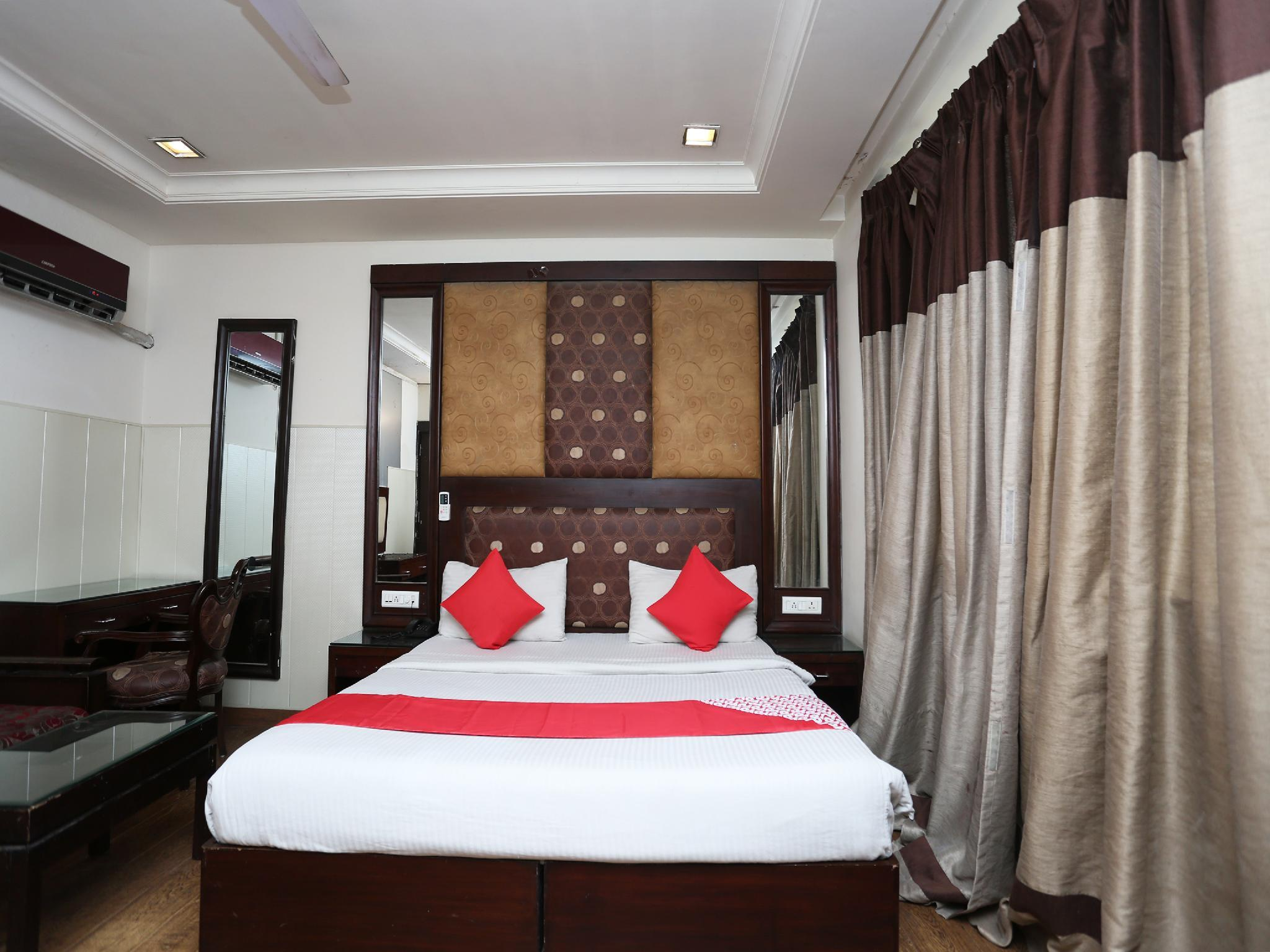 OYO 6845 The Grand Hotel