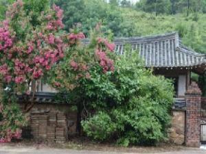 Jeongjaejongtaek Hanok Guesthouse