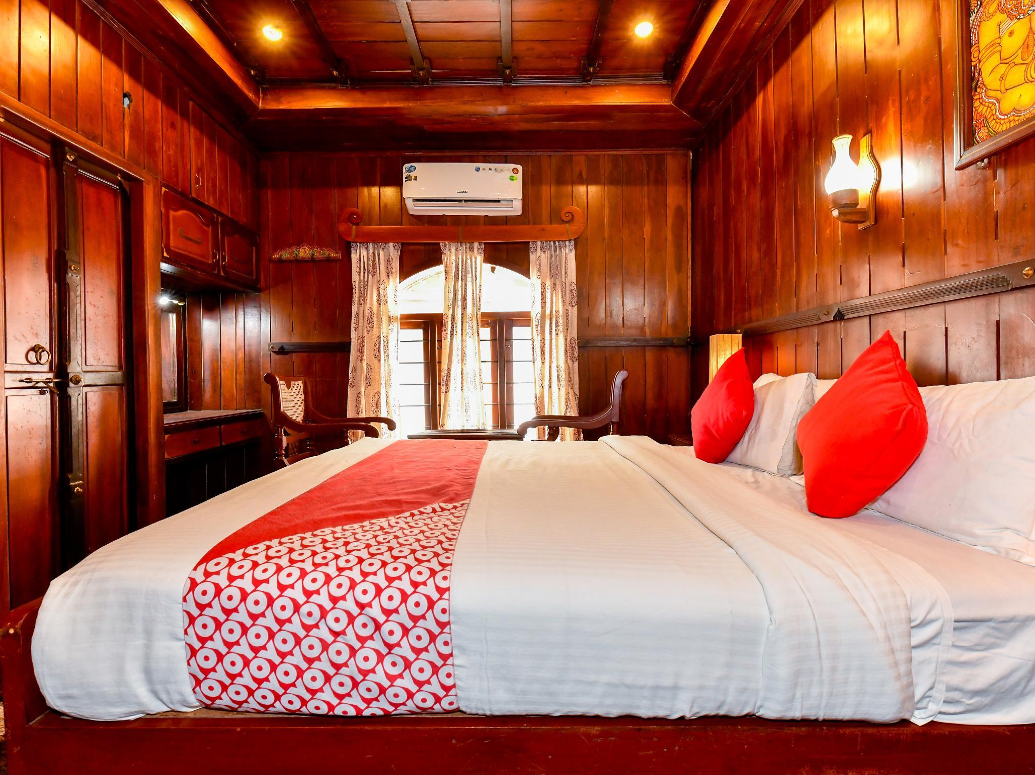 OYO 24569 HouseBoat Dream Voyager 3bhk