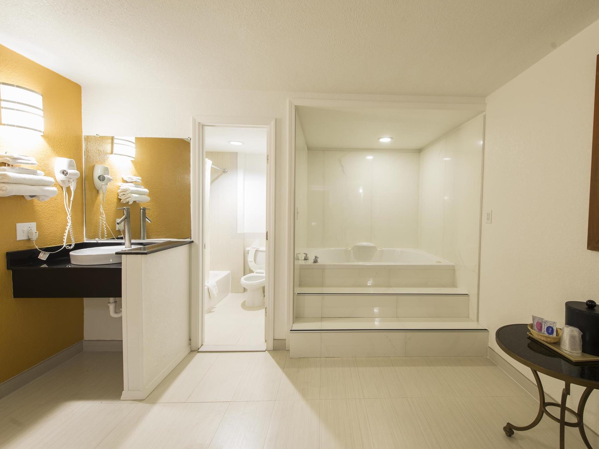 New Six Inn & Suites - Houston Reviews
