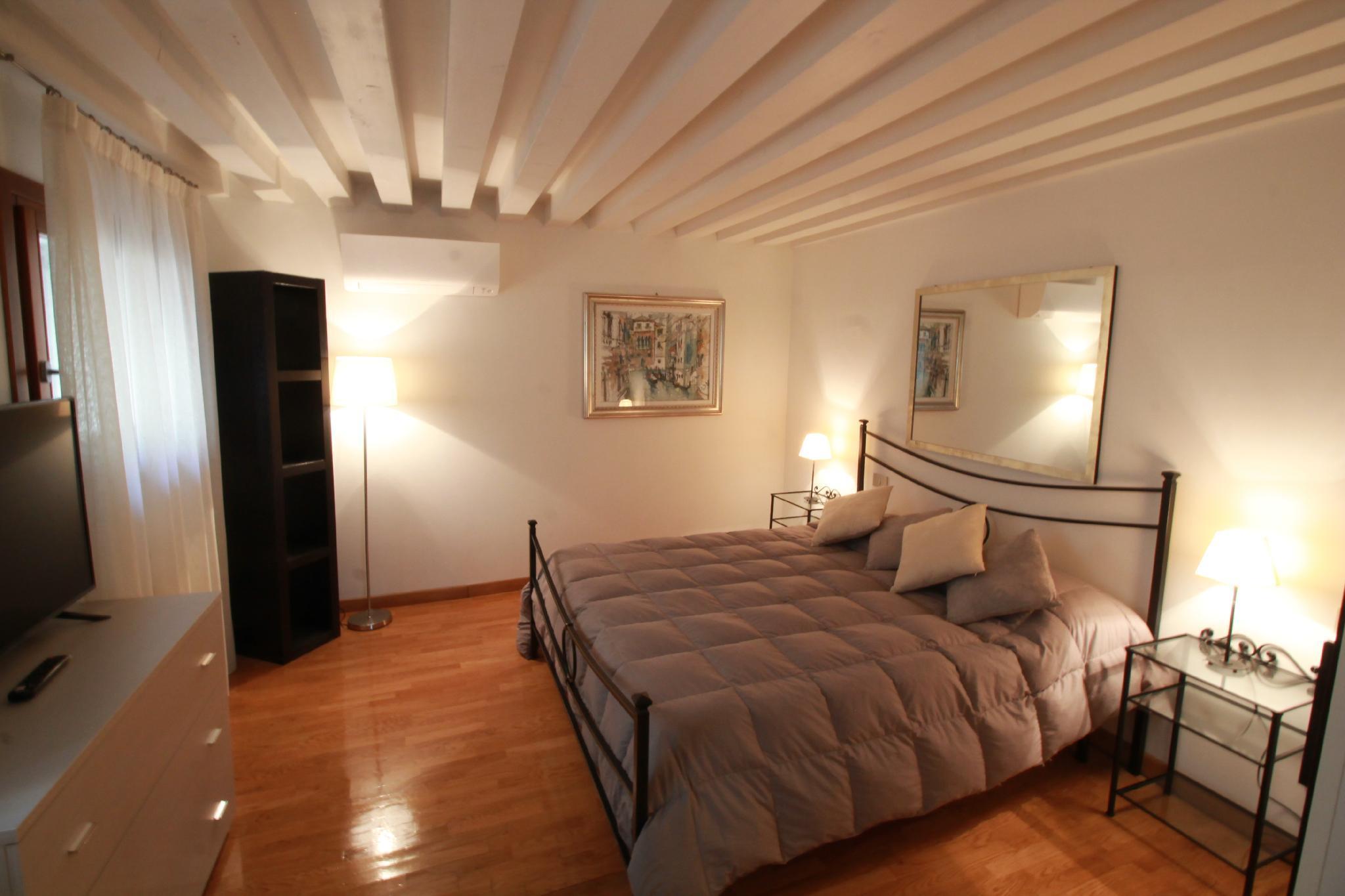 San Marco Canal View Music apartmen (M027042494)