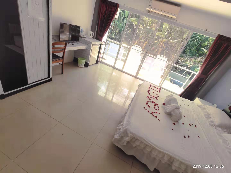 Balcony Queen Room + Pool View บังกะโล 1 ห้องนอน 1 ห้องน้ำส่วนตัว ขนาด 42 ตร.ม. – ป่าตอง