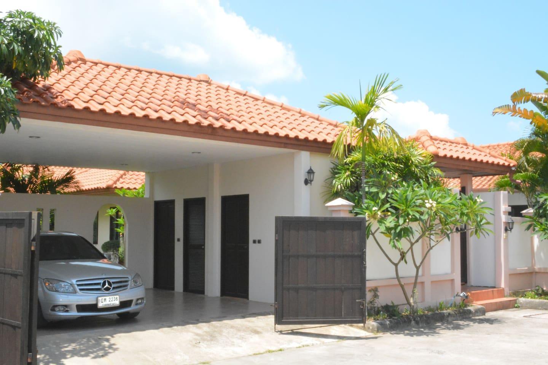 3 bd Villa 300m beachfront Pattaya วิลลา 4 ห้องนอน 2 ห้องน้ำส่วนตัว ขนาด 76 ตร.ม. – นาจอมเทียน