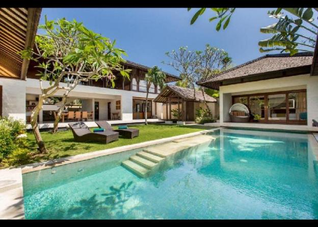 4BR Luxury Villa close to the Beach