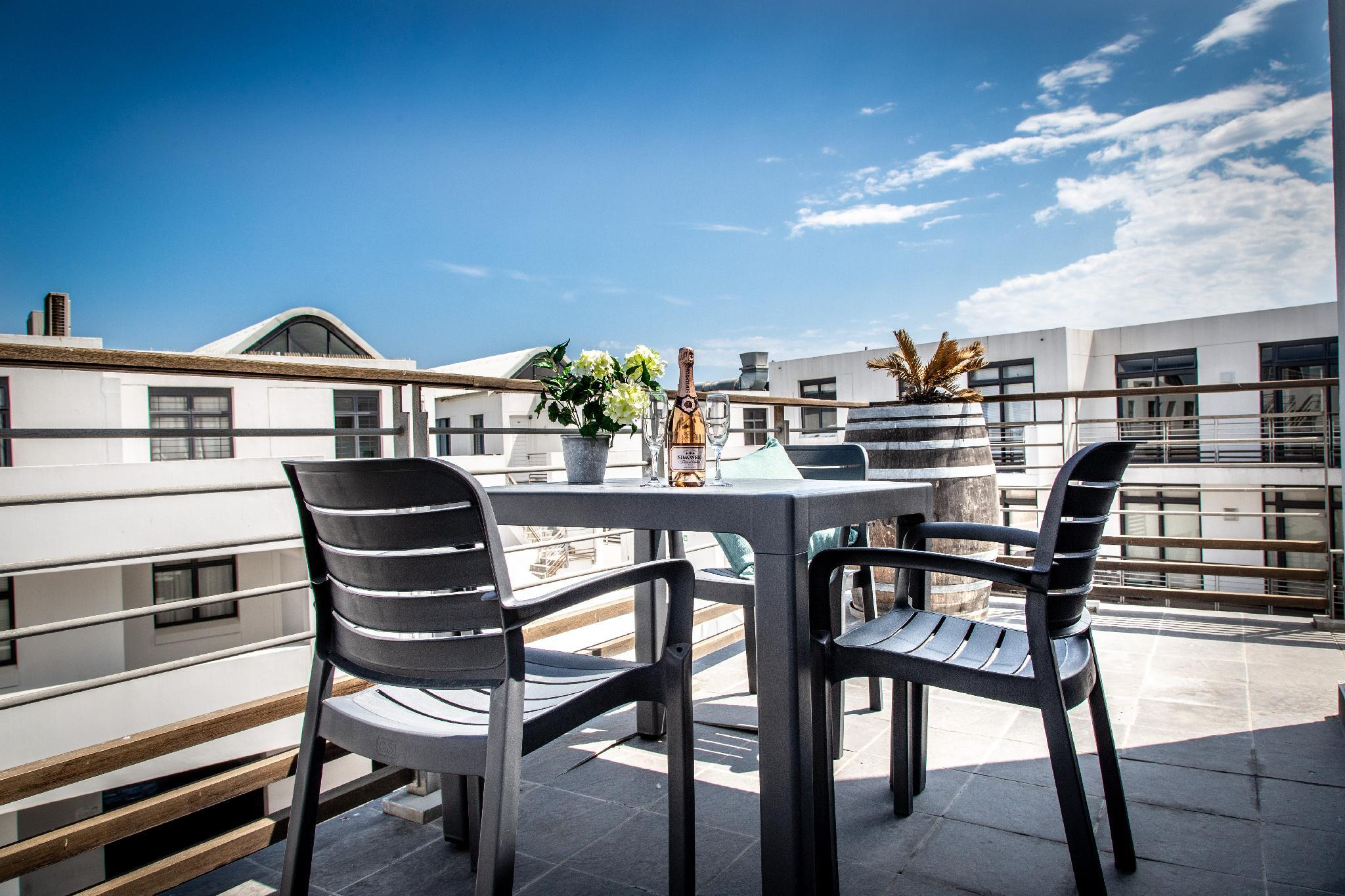 Modern Top Floor Apartment 241 Eden on The Bay