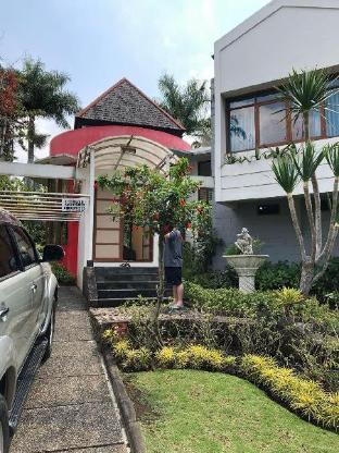 COZY BIG HOUSE near JATIM PARK 1 Malang