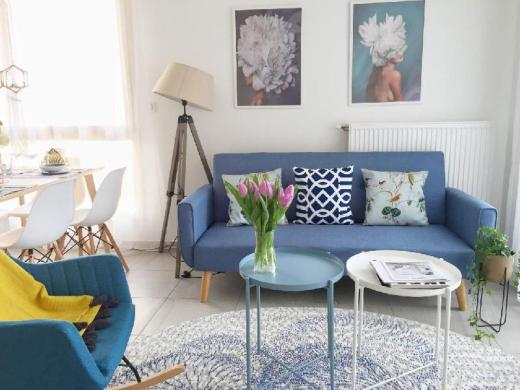 Bright , stylish room near train station