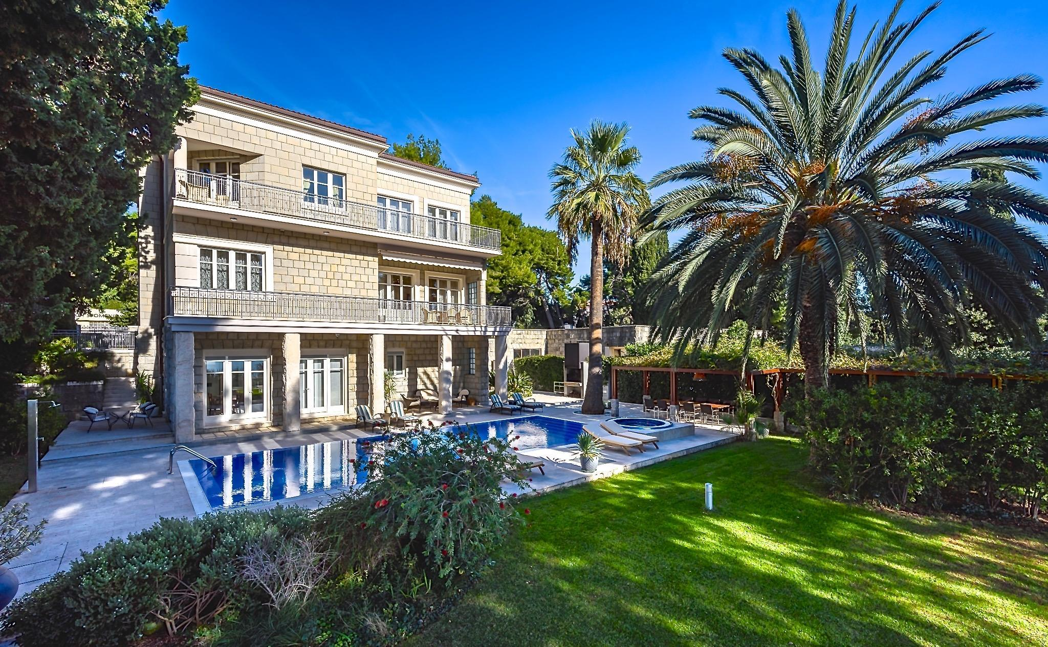 Luxury Seaside Villa 10 Minutes From Old Town