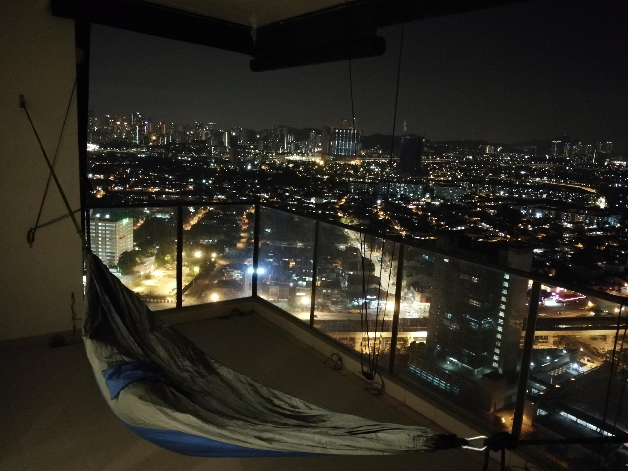 Cozy Luxury Condominium Service Apartment In City